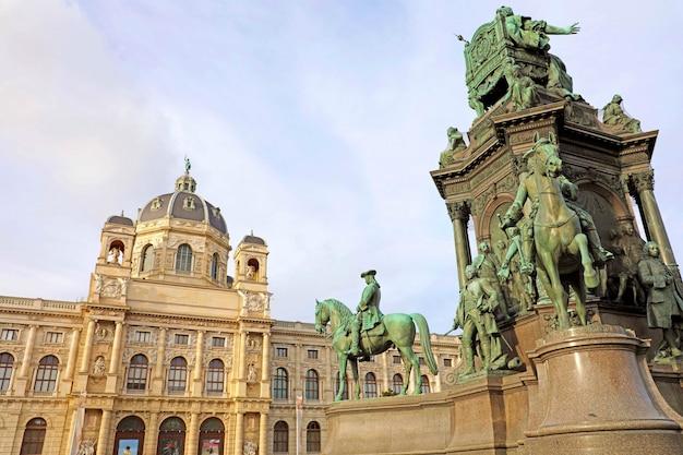 Hermosa vista del famoso museo naturhistorisches en la plaza marie-theresien platz y la escultura en viena, austria.