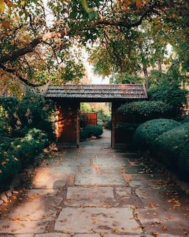 Hermosa vista de la fascinante naturaleza en los tradicionales jardines japoneses de adelaida himeji