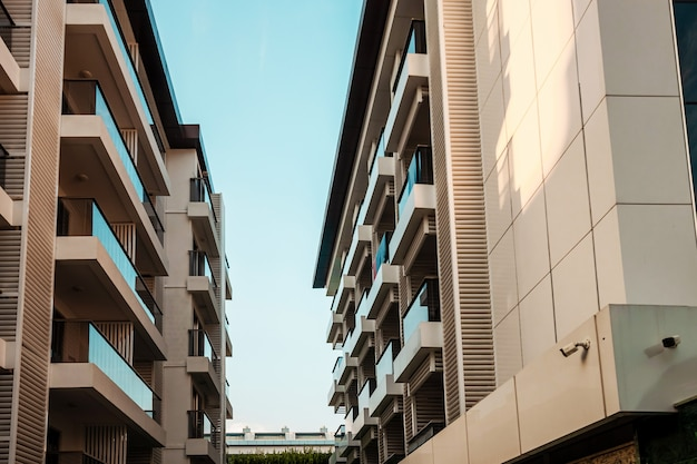 Hermosa vista de hoteles modernos, balcones de vidrio, fachadas blancas. esos, camino, buenos hoteles.