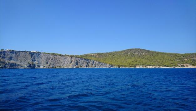 Hermosa vista de la isla aegina en grecia