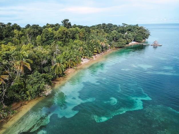 Hermosa vista de una isla con una jungla.