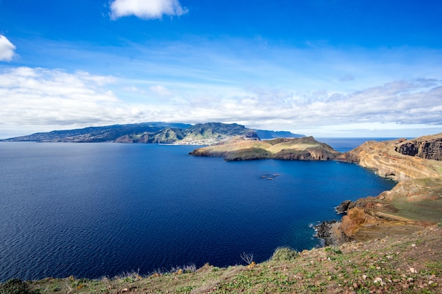 Hermosa vista de la isla de madeira en portugal bajo el nublado cielo azul