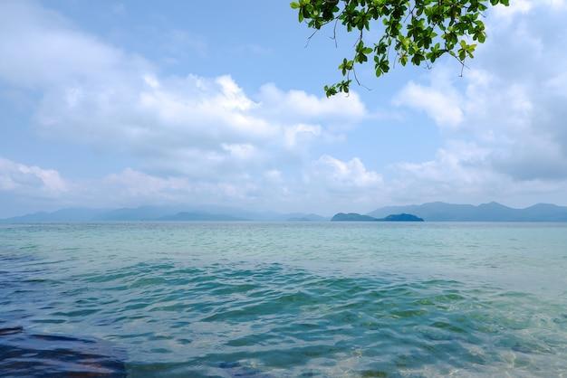 Hermosa vista de las islas de koh wai, mar azul con cielo azul en la provincia de trat, tailandia.