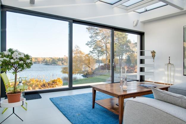 Hermosa vista de un lago azul capturado desde el interior de una villa