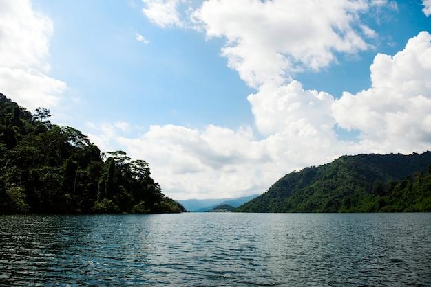 Hermosa vista de un lago y cielo azul