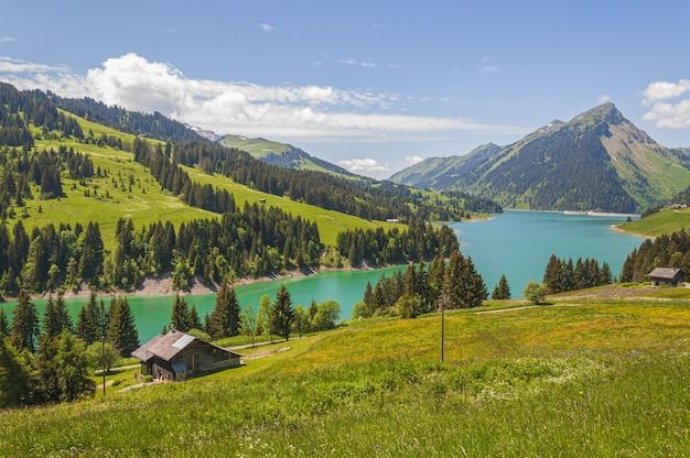 Hermosa vista de un lago rodeado de montañas en el lago longrin y la presa suiza, swissalps