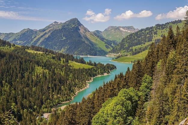 Hermosa vista de un lago rodeado por montañas en el lago longrin y la presa suiza, swissalps