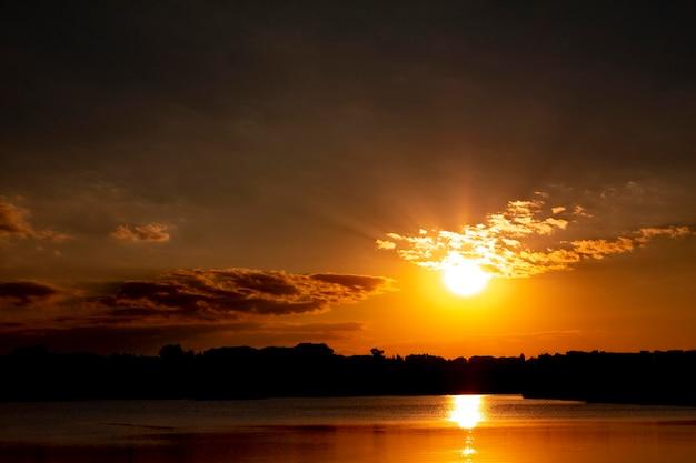Hermosa vista de la luz del amanecer