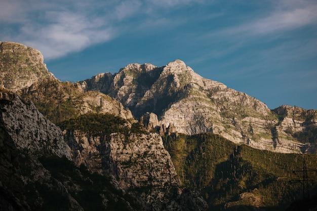 Hermosa vista de las montañas rocosas cerca de mostar, bosnia y herzegovina