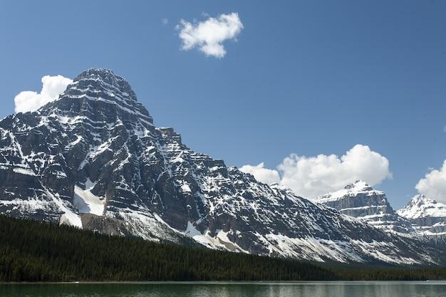 Hermosa vista del monte chephren y los lagos de aves acuáticas en las montañas rocosas canadienses