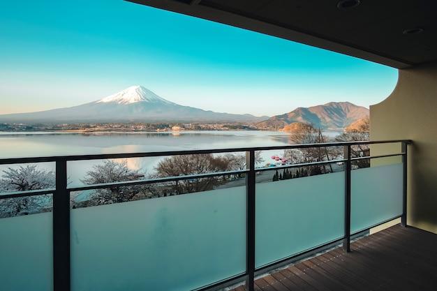 Hermosa vista de mt.fuji en el balcón del complejo de ryokan tradicional en el lago kawaguchiko