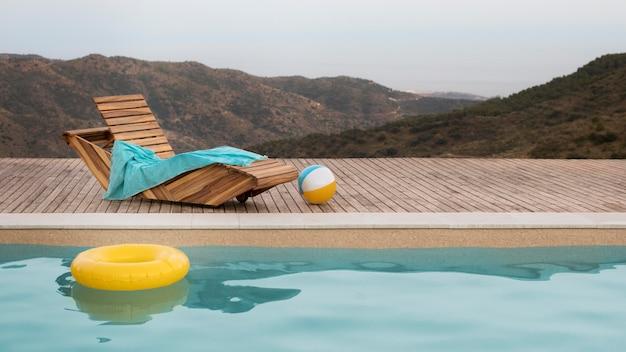Hermosa vista natural y piscina.
