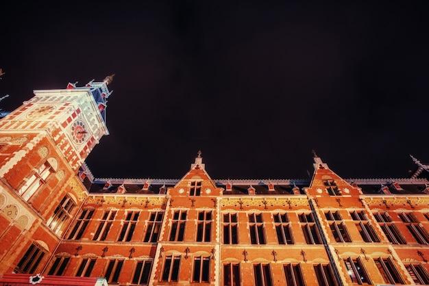 Hermosa vista nocturna tranquila de amsterdam