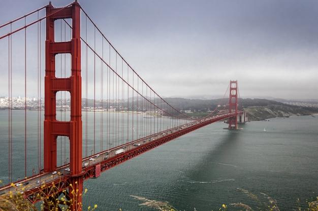 Hermosa vista del océano, cielo azul, hermoso puente