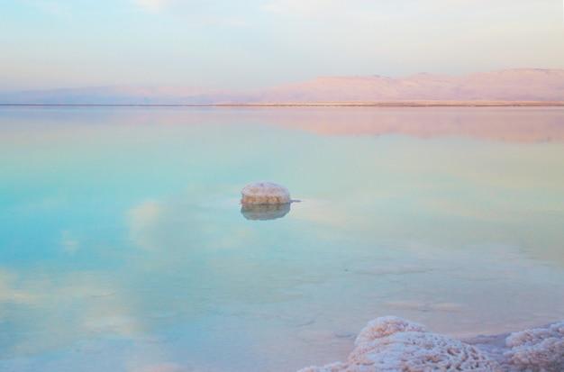 Hermosa vista de la orilla del mar muerto salada con agua clara. ein bokek, israel.