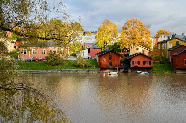 Hermosa vista otoñal del río y el casco antiguo