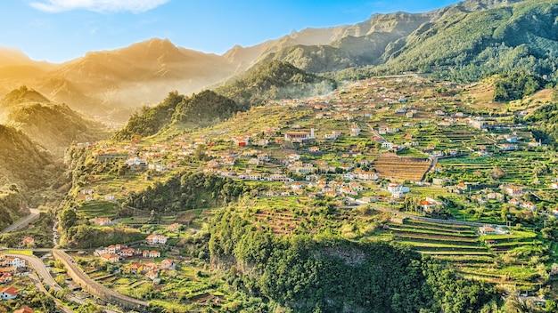 Hermosa vista del paisaje de mountain village, madeira, portugal