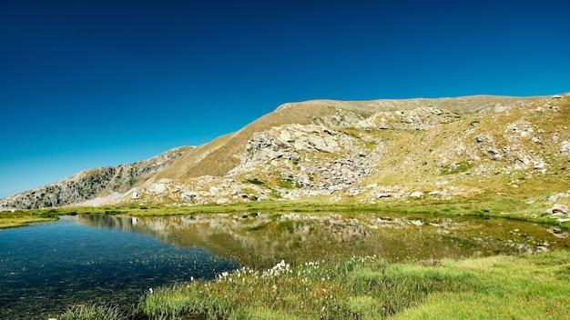Hermosa vista del paisaje de un pequeño lago de montaña en un valle de la riviera francesa