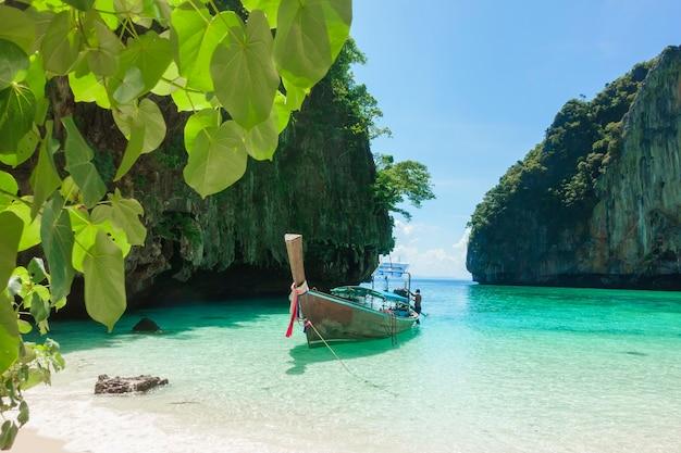 Hermosa vista del paisaje de playa tropical, mar esmeralda y arena blanca contra el cielo azul, maya bay en la isla de phi phi, tailandia