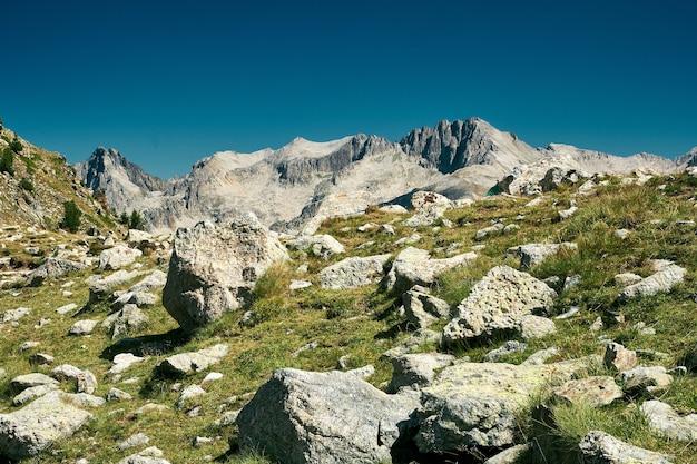 Hermosa vista del paisaje rocoso en el campo de la riviera francesa