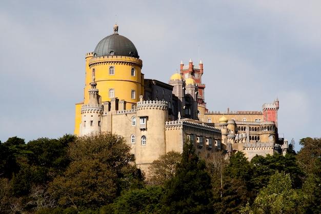 Hermosa vista del palacio de pena situado en el parque nacional de sintra en lisboa, portugal.
