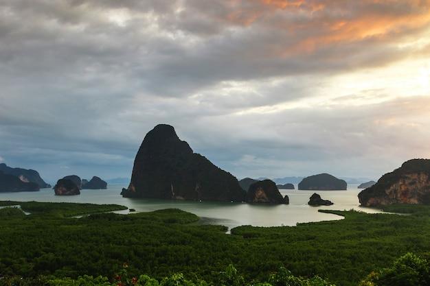 Hermosa vista panorámica de la bahía de phang nga
