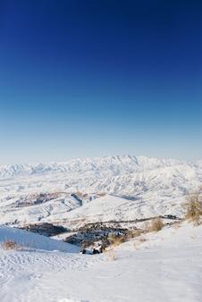 Hermosa vista panorámica de montañas cubiertas de nieve.