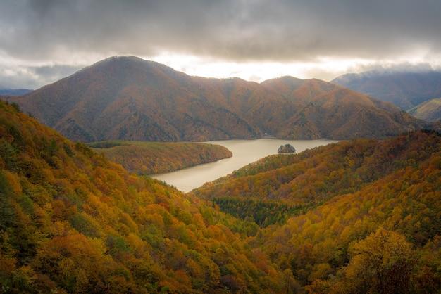 Hermosa vista panorámica de montañas y río en otoño