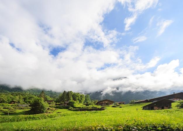 Hermosa vista panorámica del paisaje de montaña rural y chalets