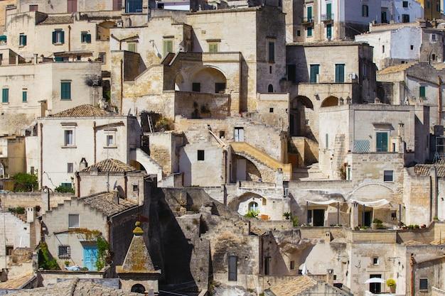 Hermosa vista de una pequeña ciudad de edificios antiguos hechos de ladrillos