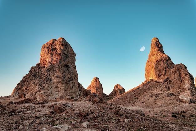 Hermosa vista de los pináculos de trona en california
