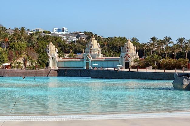 Hermosa vista a la piscina de agua azul en un día de verano.