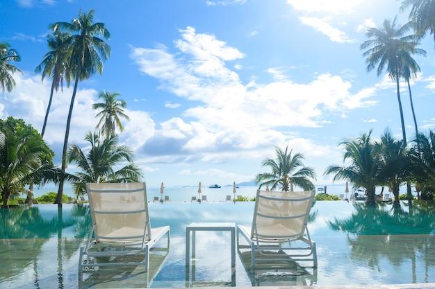 Hermosa vista de la piscina con jardín tropical verde