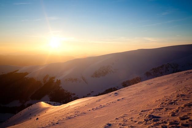 Hermosa vista de la pista de esquí en una soleada tarde de invierno