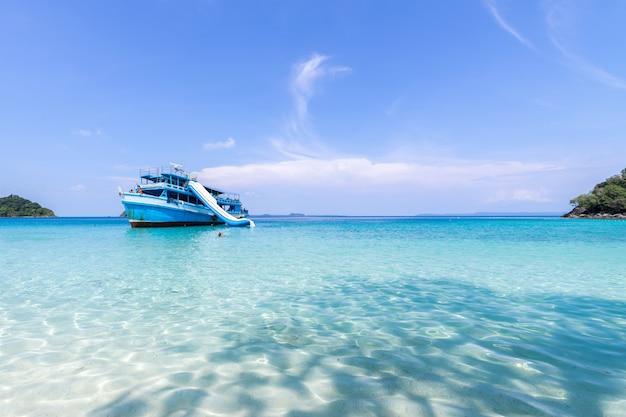 Hermosa vista a la playa en la isla de koh chang y en un barco turístico para el paisaje marino de los turistas.