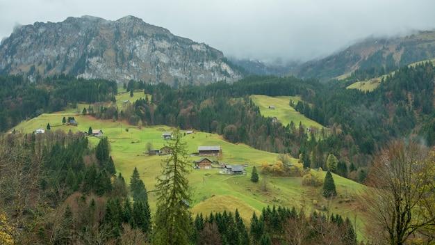 Hermosa vista del pueblo de campo y montaña en otoño en engelberg, suiza