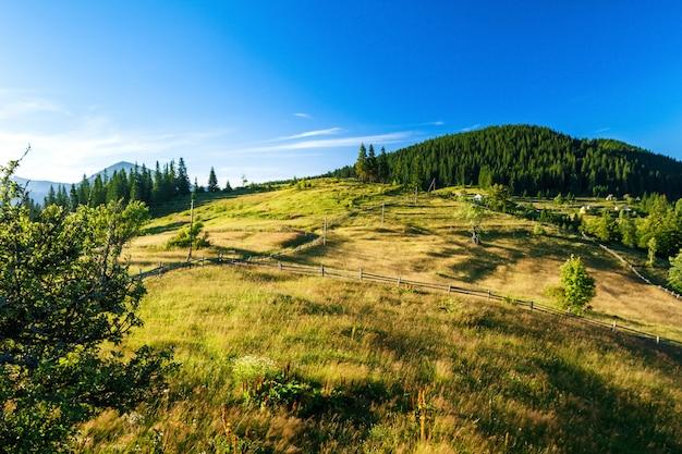 Hermosa vista del pueblo en las montañas de los cárpatos ucranianos.