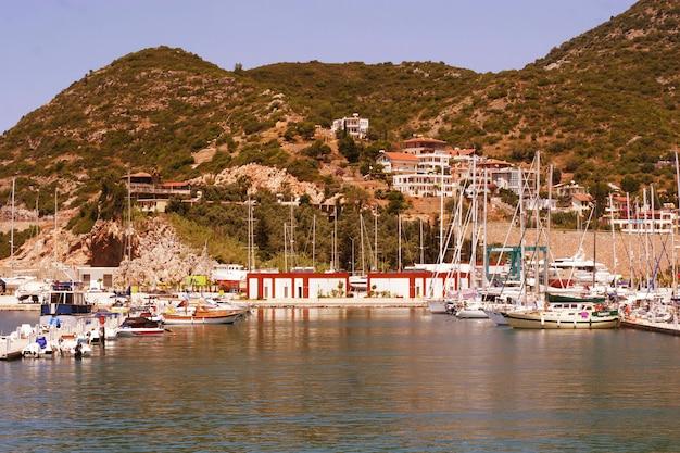 Hermosa vista del puerto de antalia