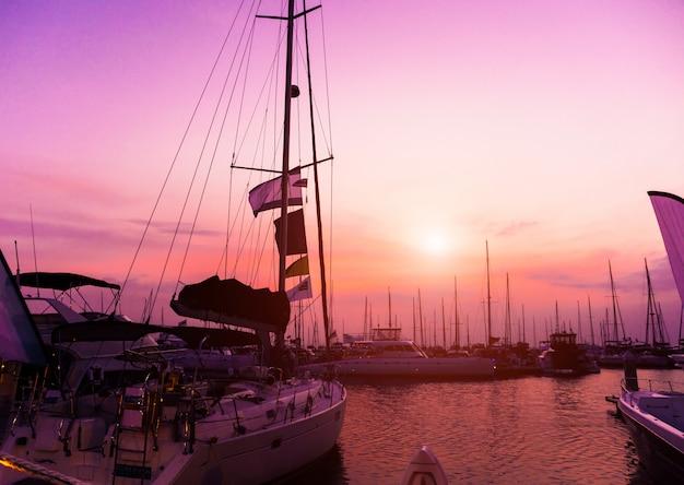 Hermosa vista del puerto deportivo y puerto con yates y lanchas. atardecer en el océano.