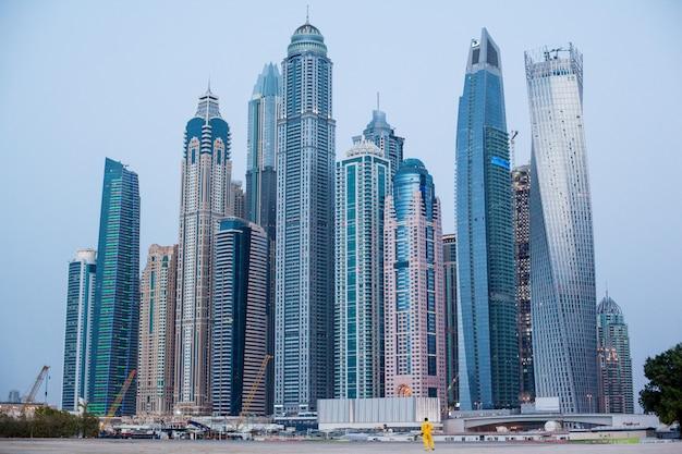 Hermosa vista de los rascacielos en dubai marina.