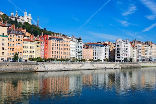 Hermosa vista del río saona en la ciudad de lyon, francia.