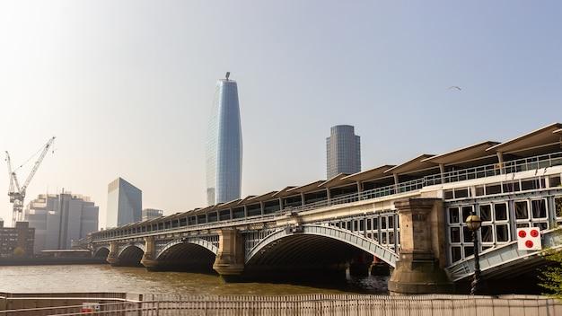 Hermosa vista del río támesis en el paisaje urbano de londres