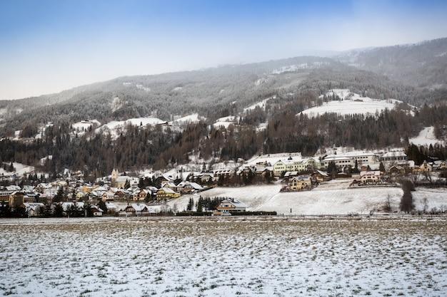 Hermosa vista sobre la ciudad de las tierras altas de austria cubierto de nieve