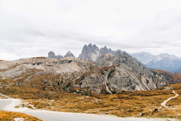 Hermosa vista sobre montañas rocosas en italia