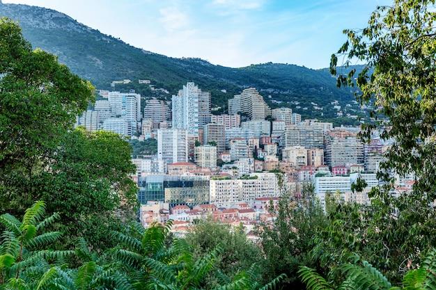Hermosa vista superior de la rica arquitectura de la ciudad y sinuosas laderas.