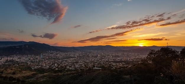 Hermosa vista de tbilisi al atardecer, capital de georgia. citiyscape