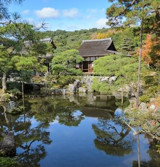 Hermosa vista del templo ginkakuji con colores otoñales en kyoto, japón