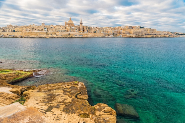 Hermosa vista de valletta, el horizonte del casco antiguo de malta desde la ciudad de sliema al otro lado del puerto de marsans