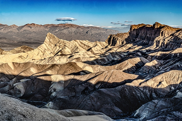 Hermosa vista de zabriskie point en armagosa range, parque nacional valle de la muerte en california, ee.