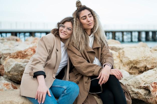 Hermosas adolescentes relajantes juntos